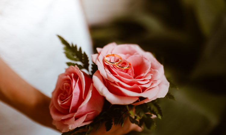 How to include a rose exchange in your wedding ceremony